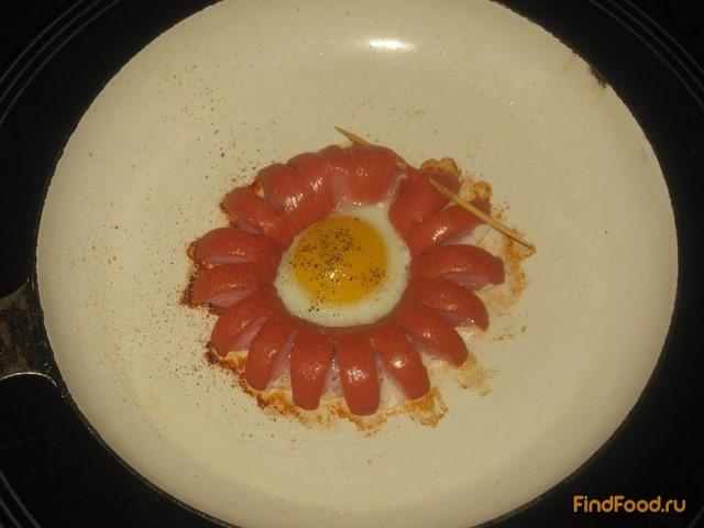 Яичница-цветок в сосиске рецепт с фото 2-го шага