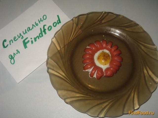 Яичница-цветок в сосиске рецепт с фото 3-го шага