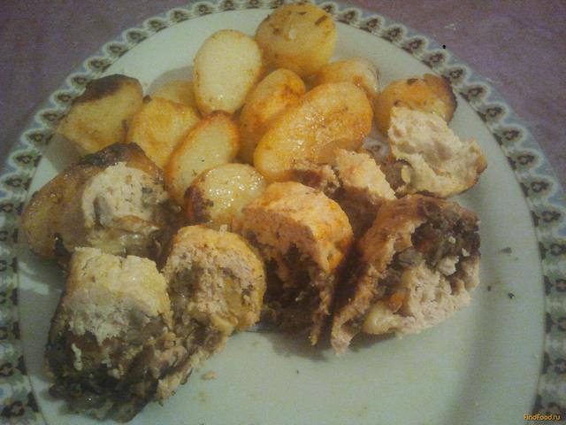 Куриный рулет с грибами и с поджаристым картофелем в мультиварке рецепт с фото