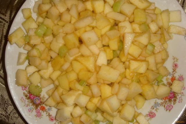 Яблочно-грушевый пирог с сельдереем в мультиварке рецепт с фото 3-го шага