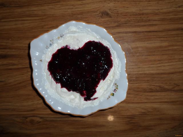 Рецепт Десерт творожный с бруснично-смородиновым соусом рецепт с фото