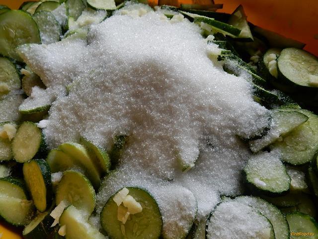 Салат из огурцов с чесноком на зиму рецепт с фото 8-го шага