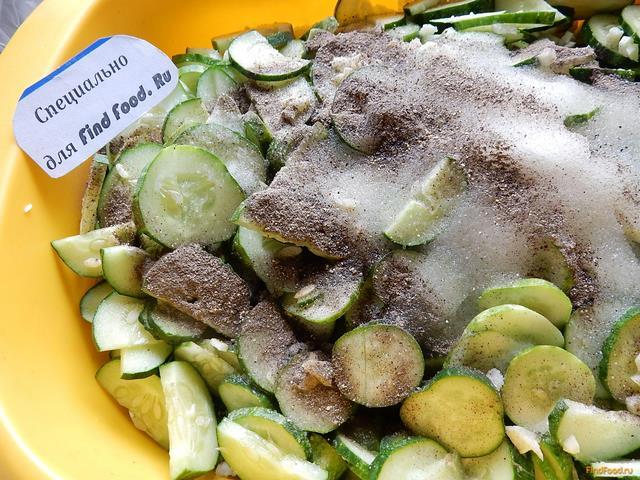 Салат из огурцов с чесноком на зиму рецепт с фото 10-го шага