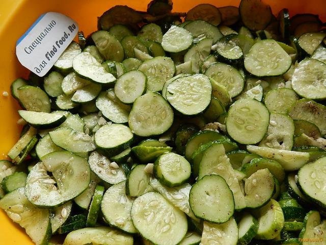 Салат из огурцов с чесноком на зиму рецепт с фото 11-го шага
