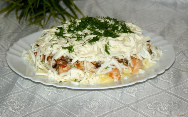 Рецепт Салат из курицы грибов и сыра с домашней заправкой рецепт с фото