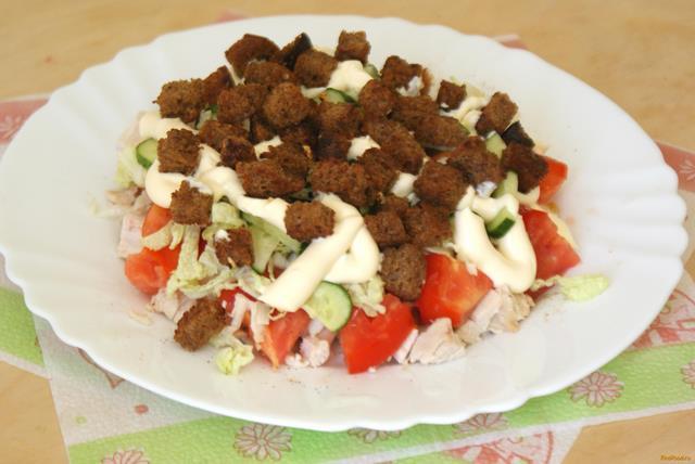 Рецепт Овощной салат с куриной грудкой и сухариками рецепт с фото