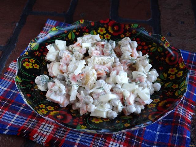 рецепты салатов с горошком и сухариками рецепт