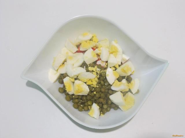Салат с крабовыми палочками и зеленым горошком рецепт с фото 4-го шага