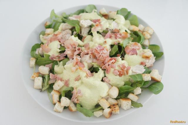 Рецепт Салат с курицей и беконом под соусом из авакадо рецепт с фото