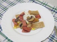 Рецепт Жареные яйца с колбасой и грибами рецепт с фото