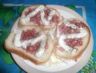 Рецепт Бутерброды с яйцом и сосиской в микроволновке рецепт с фото