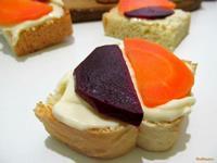 Рецепт Бутерброд с плавленым сыром маринованной свеклой и морковью рецепт с фото