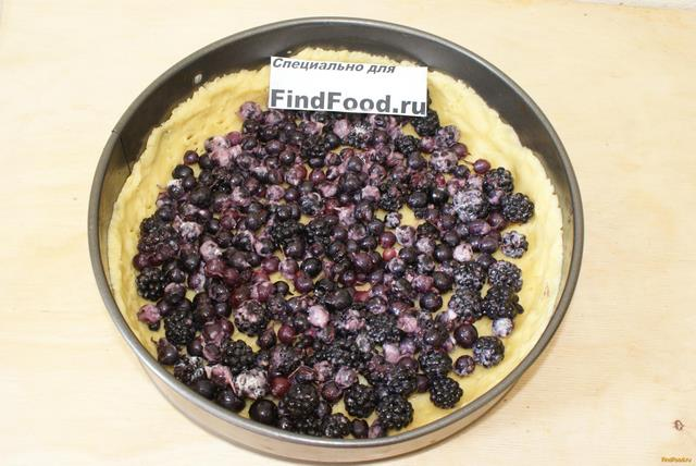 Ягодный пирог со сметанной заливкой рецепт с фото 6-го шага