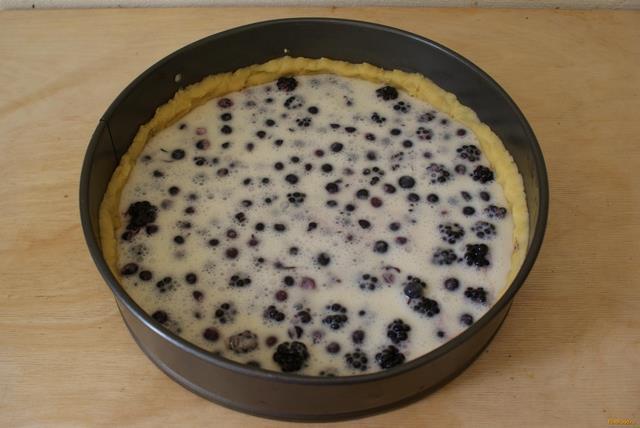 Ягодный пирог со сметанной заливкой рецепт с фото 7-го шага