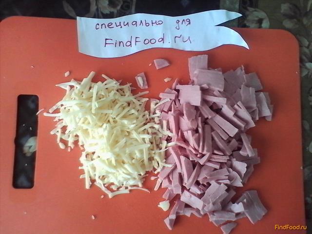 Слойки с колбасой и сыром рецепт с фото 1-го шага
