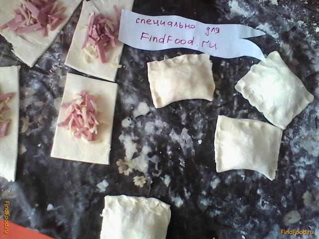 Слойки с колбасой и сыром рецепт с фото 5-го шага