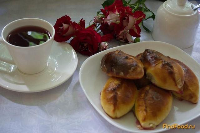 Рецепт Румяные дрожжевые пирожки на французском тесте с вишней рецепт с фото