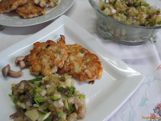 Рецепт Куриные котлеты с салатом из маринованных грибов рецепт с фото