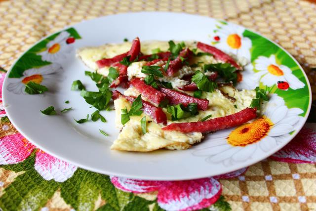 Рецепт Омлет с копчёной колбасой и зеленью рецепт с фото