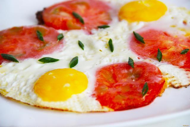 Рецепт Яичница глазунья с помидорами рецепт с фото