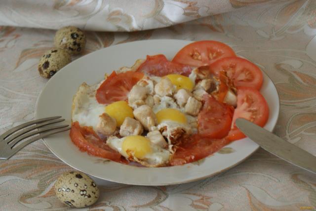 Рецепт Глазунья из перепелиных яиц с курицей и помидорами рецепт с фото