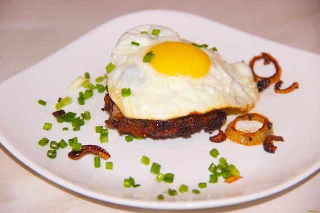 Рубленый бифштекс по - гольштейнски рецепт