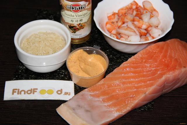 Запеченные роллы с лососем и креветками рецепт с фото 1-го шага