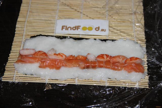 Запеченные роллы с лососем и креветками рецепт с фото 6-го шага