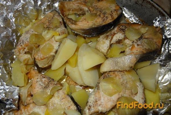 Картофель нарезать тонкими кружками, выложить на слой лука, равномерно распределяя по поверхности.
