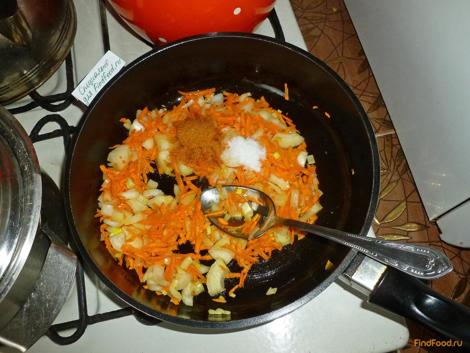 Гуляш из куриных окорочков с грибами рецепт с фото 3-го шага
