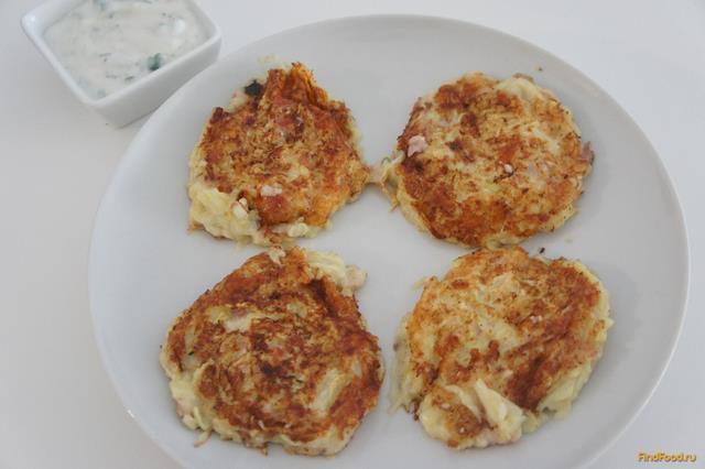 Рецепт Оладьи из цуккини с сыром и беконом с соусом рецепт с фото