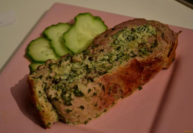 Рецепт Мясной рулет с начинкой из шпината и творожного сыра рецепт с фото