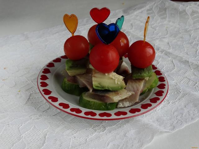 Рецепт Закуска на шпажках с авокадо и сельдью рецепт с фото