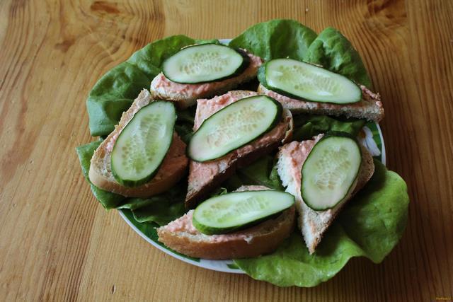 Рецепт Бутерброды с огурцом и икрой рецепт с фото