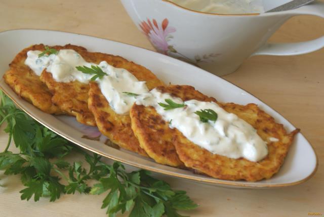 Рецепт Оладьи из кабачка и моркови с чесночным соусом рецепт с фото