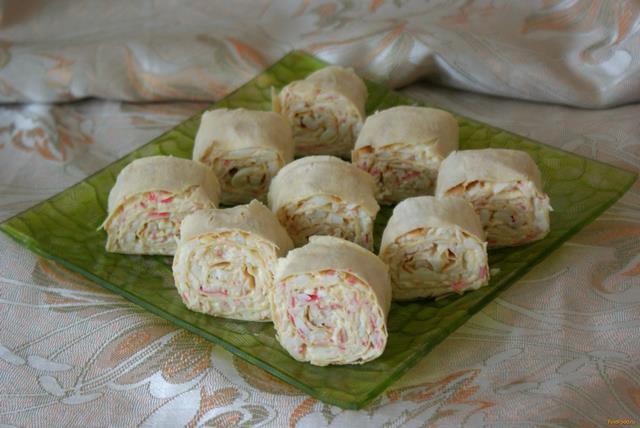 Рецепт Рулет из лаваша с крабовыми палочками и плавленным сыром рецепт с фото
