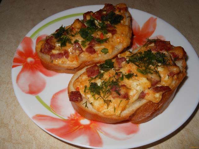 Рецепт Горячие бутерброды с колбасой и сыром рецепт с фото