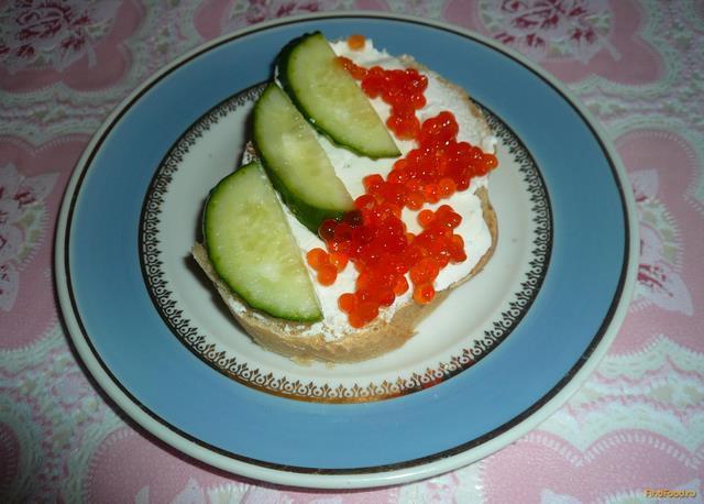 Рецепт Бутерброд с икрой и огурцом рецепт с фото
