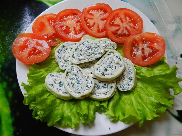 Рецепт Творожные рулетики с чесноком и зеленью рецепт с фото